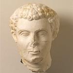 Погребальная скульптура: человек с усами и короткой бородой