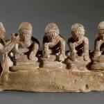 Пекари: четыре женщины месят тесто булочки под звуки флейты
