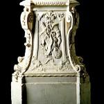 Пьедестал украшен скульптурами дикой природы